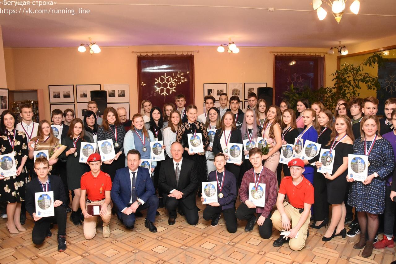 <p>15 января в нашем центре традиционно прошла церемония чествования «Молодежь года — 2019». 56 молодых людей получили заслуженные награды. Знак «Молодёжь года» вручается лучшим представителям сортавальской молодёжи. Мы поздравляем всех участников церемонии, но особенно гордимся молодежью, номинированной от нашего центра. Знак отличия «Молодежь года — 2019» получили участники коллективов Социально-культурного […]</p>